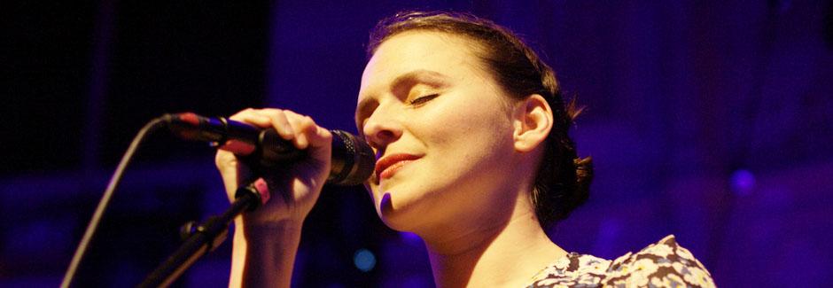 Emiliana Torrini am Mikrofon