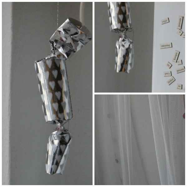 Klopapierrollengirlande aus Metallicfäden.