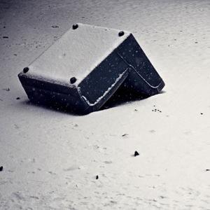 sessel auf den kopf im schnee
