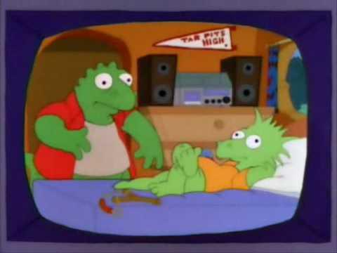 Ausschnitt aus dem Fernseher der Simpsons, ein Dino-Bart leigt auf seinem Bett, danaben eine Schleuder, eine Michung aus Homer und Earl in gezeichneter Dinovariante kommt zur Tür rein. An der Wand des Zimmers eine stereoanlage und ein Wimpel eines sportteams.