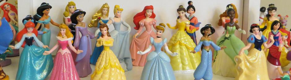 Eine Sammlung kleiner Plastikfiguren von Disney-Prinzessinnen