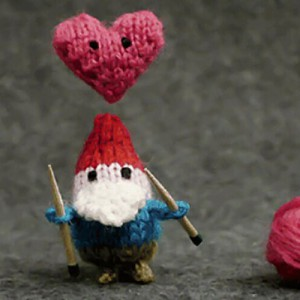 gnome_knitting_heart_frame_preview